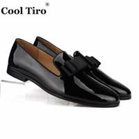 siyah ipek kravatlar erkekler toptan satış-Serin Tiro Siyah Patent deri Loafer'lar erkek Elbise Ayakkabı Moccasins Terlik Ipek Papyon Örgün Düğün Iş Rahat Daireler # 175723
