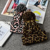 leopar topları toptan satış-Örgü kap Sonbahar ve kış sıcak moda vahşi leopar büyük top örgü yün şapka kapaklar kelepçeli şapka EEA555