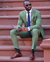 esmoquin de lino de los hombres al por mayor-Cool Fashion Army Green Linen Men Suit Atractivo Partido Prom Tuxedo Hombre Casual estilo diario de trabajo trajes de trabajo (chaqueta + pantalones + corbata)