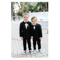 casaco de meninos venda por atacado-Chegada nova Black Boy Smoking Um Botão Entalhado Lapela Crianças Terno Kid Ternos de Baile Suportar Ternos Do Portador (Jacket + Calça + Arco)