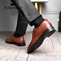 cuero genuino perforado al por mayor-¡Zapatos de vestir transpirables para hombre de 2019! Zapatos negros de hombre perforados de cuero genuino FUGUINIAO