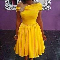 gelbe brautjungfer kleider perlen großhandel-Gelb Kurze Brautjungfernkleider Schulterfrei Perlen Knielangen Hochzeitsgast Kleid Falten Satin Günstige Party Kleider