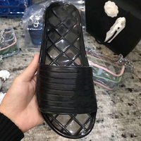 piscinas de zapatos al por mayor-Diseñador de las mujeres sandalias Zapatillas Transparentes Negro Brillante Transparente Mulas Diapositivas Verano PVC Sandalias Cristal Zapatos Femeninos Zapatillas planas