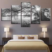 baum bilder schwarz weiß leinwand großhandel-Wandkunst 5 Stücke Leinwandbilder Für Wohnzimmer Poster Rahmen See Große Bäume Gemälde Schwarz Weiß Landschaft Wohnkultur