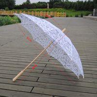 paraguas de madera blanco mango al por mayor-Qunyingxiu hecho a mano de encaje artesanal 2019 paraguas de madera blanco elegante diseño hueco decoración de la boda bastante largo mango paraguas U8900619