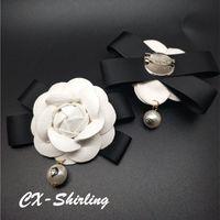 ingrosso spille di fiori in pelle-Spilla da donna in vera pelle di camelia Spilla Spilla Abito di grandi dimensioni Ciondolo di perle vintage Spilla grande fiore bianco Spilla