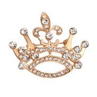 trajes china venda por atacado-2019 jóias de ouro coroa forma broche de pino para o presente de Natal atacado Banhado A Ouro Liga Bijuterias para As Mulheres