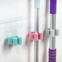 wandhalter großhandel-An der Wand befestigter Mopphalter-Bürsten-Besen-Aufhänger-Speicher-Gestell-Küchen-Organisator mit angebrachten zusätzlichen hängenden Reinigungswerkzeugen