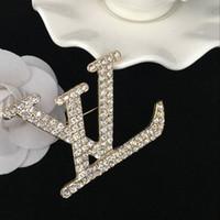 habille des broches perlées achat en gros de-2019 Marque Nouvelle Mode Perle Broche Pins Pour Les Femmes Bijoux Robe Vêtements Broches En Strass Pour La Fête Festival Cadeau en gros