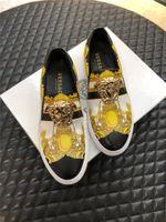 diseñador de zapatos de conducción al por mayor-lujosoDiseñadorVERSACEZapatos clásicos de impresión con los zapatos botón de metal carta zapatos mocasines de conducción casuales para hombre con la caja
