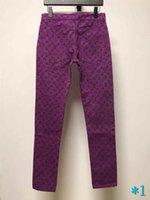 vaqueros de moda púrpura para hombre al por mayor-Vaqueros para hombre Pantalones Cartas impresión púrpura dril de algodón pantalones vaqueros de la manera para hombre de la cremallera del bolsillo de Cartas apenada rasgado del motorista Brand Jeans # 1