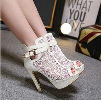 zapatos de boda princesa blanca al por mayor-Elegantes zapatos de novia de encaje negro blanco Tacones altos Zapatos de mujer Zapatos de novia de boda Sandalias Zapatos de novia Princesa Fishmouth Tacón grueso