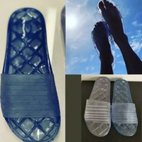 zapatos brillantes al por mayor-Diseñador de mujer toboganes Sandalias transparentes 19p PVC brillante toboganes de piscina mulas planas Zapatillas de ducha G3466 52966