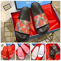 herren slipper designs großhandel-2019 neue Sommer Rutsche Sandalen Frauen Erdbeere Rutsche Herren Luxus Gummi Rutsche Sandale Hibiskus Red Slipper Fashion Design Marke Slipper