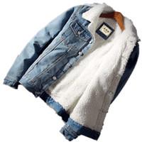 abrigos gruesos para hombre al por mayor-Los hombres de la chaqueta y del escudo de moda cálida lana gruesa chaqueta vaquera 2018 para hombre de la manera del invierno Outwear Jean masculino del vaquero del tamaño extra grande