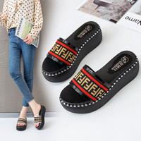 sandalias planas gruesas al por mayor-FF Sandalias de diseñador para mujer Zapatillas de plataforma Zapatos de lujo antideslizantes Letras de F Zapatos de cuña Zapatillas deslizantes Tacones altos Fondo plano grueso B81501