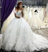 fabulosos vestidos de baile venda por atacado-Fabulous Lace Appliques Beads vestido de baile vestidos de casamento 2019 Dubai Estilo árabe Elegante Fora Do Ombro Ruched Long Train Bridal Gowns Formal