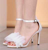 ingrosso sandali con fibbia a fiori bianchi-Vendita calda-Elegante fiore bianco scarpe da sposa designer tacchi sandali femmes moda donna di lusso scarpe taglia 35 a 40
