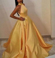 sexy vestido halter amarillo al por mayor-Robe De Soiree elegante Mujeres musulmanas Una línea cabestro Longitud del piso Vestidos de noche largos amarillos con bolsillos Vestidos de baile de satén atractivos