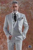 gri ustura stilleri toptan satış-Yeni Stil Açık Gri Erkekler Düğün Smokin Tepe Yaka Tek Düğme Damat Smokin Moda Erkekler Yemeği / Dart 3 Parça Suit (Ceket + Pantolon + Kravat + Yelek)