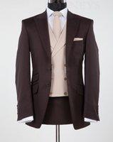 smokings de mariage en chocolat achat en gros de-Nouveau Design Chocolate Brown Peak Revel Groom Tuxedos Groomsmen De Mariage Blazer Suits Business Suits (Veste + Pantalon + Gilet) DU1203