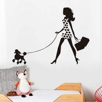 fondo de pantalla de perros al por mayor-Pet Dog Art Etiqueta de La Pared Para la Sala de estar Sexy Chica Caminando Con Caniche Vinilo Removible Wallpaper Decal Decoración Del Hogar