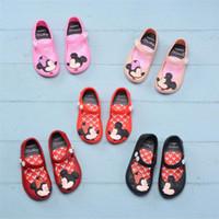 kızlar için plaj terlikları toptan satış-Çocuklar Ayakkabı Mini Melissa Tasarımcı Sandalet Karikatür Antiskid Brethable Delik Ayakkabı Yumuşak Jöle Gökkuşağı Terlik Bebek Kız Plaj Ayakkabıları A61301