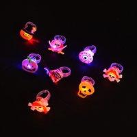 ingrosso più piccolo led s-Halloween Anello luminoso Giocattoli Natale LED Flash Ring 3,5 cm PVC morbido Piccoli regali per bambini L331