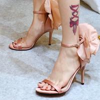 zapatos de vestir de satén negro al por mayor-Las mujeres de satén vestido de boda de moda sandalias de tacón alto negro rojo rosa diseño floral fiesta sandalias de verano zapatos de tacón fino sandalias romanas