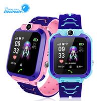 mejor reloj gps para niños al por mayor-Para niños Q12 Niños GPS Estudiante Relojes de pulsera Smartwatch Cámara remota SOS Impermeable Llamada SIM Para Android IOS Mejor regalo PK DZ09 GT08