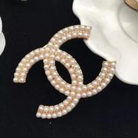 broches de joyería de moda al por mayor-Diseñador Broches Cristal Rhinestone Famosa Carta Broche Broche de corpiño Broches de lujo Mujeres Joyería de moda Decoración de disfraces Nueva llegada