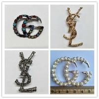 perla de diamantes de imitación broche al por mayor-Crystal Rhinestone Letter Broche Pin Joyería de moda Decoración de disfraces Diseñador famoso Traje Pin de solapa para Mujer hombre Accesorio de joyería