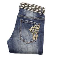 ingrosso jeans di ricamo maschile-Jeans da uomo, piedi maschili, con ricamo di Medusa, pantaloni da uomo slim marea