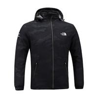 мужская куртка осенней весны оптовых-Мужские дизайнерские куртки северные мужские весна осень осень пальто спорт на открытом воздухе с капюшоном лицо ветровка пальто молния камуфляж балахон плюс размер C8703