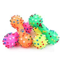 brinquedos cão squeeze venda por atacado-Chegam novas Brinquedos Do Cão Colorido Pontilhada Dumbbell Shaped Brinquedos Do Cão Squeakze Faux Osso Pet Mastigar Brinquedos Para Cães