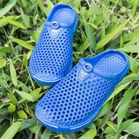 rosa plastikfolie großhandel-Lmmxmg Sommer sieben Farben Pantoffeln Paare Strand Schuhe wasserdicht Kunststoff Hausschuhe Mode lässig männlich Wrap Toes Schuh für Männer