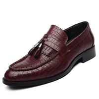 zapatos de cocodrilo hombres al por mayor-Fringe Slip On Men Shoes Mocasines de borla Zapatos de cuero Artificial de los hombres del dedo del pie del cocodrilo del dedo del pie para los zapatos Hombre G8-10