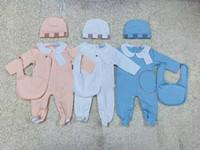 bebekler kapakları toptan satış-Yeni Model Moda Çocuk Bebek Giysileri set Sevimli Yenidoğan Bebek Bebek Erkek Mektup Romper bebek kız önlükler Kap Kıyafetler Set