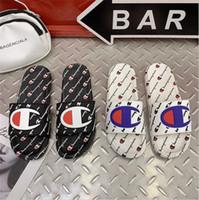 kadın yaz yastık sandaletler toptan satış-Unisex Şampiyonu Lüks Kadınlar Tasarımcı Sandalet Yaz Marka Erkekler Terlik Katır Flip Flop Üzerinde Kayma Düz Sandal Plaj Yağmur Banyosu Ayakkabı A52406