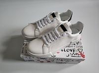 italien männer kleiden schuhe großhandel-Modedesigner Schuhe für Mann Frauen Leder Portofino Sneakers Samt Stich Patch Gummisohle Italien Casual Dress Schuhe weiß Sneaker