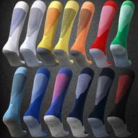 equipos de fútbol azul rojo al por mayor-2020 Hombres y niños Calcetines de fútbol 19 20 Personalización del equipo Calcetines largos Calcetines deportivos de fútbol antideslizantes Negro Blanco Rojo Azul marino Azul Amarillo