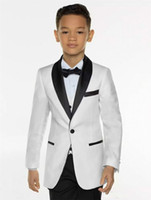 erkekler için beyaz ceket smokesi toptan satış-Beyaz Boys Smokin Boys Akşam Düğün Ceket Çocuklar Smokin giyisi 3 Adet Boys Siyah Şal Yaka Örgün Suit smokin + Pantolon + Yelek