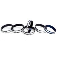 кольцо из алюминиевого сплава оптовых-Bluk 100 Шт. Мода Резьба Алюминий Черный Цвет Кольца Для Женщин Мужчин Размер Кольца 17-19 мм Ювелирные Изделия