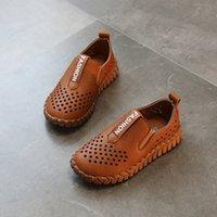zapatos marrones niños niñas cuero al por mayor-AFDSW Zapatos de cuero niña PU mocasines infantiles huecos transpirables zapatos de cuero de las niñas niños negros mocasines de cuero marrón niños