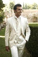 elfenbein anzug weste großhandel-Ausgezeichnete Style One Button Ivory Bräutigam Smoking Kerbe Revers Groomsmen Bester Mann-Klagen der Männer Hochzeitsanzüge (Jacket + Pants + Vest + Tie) 454
