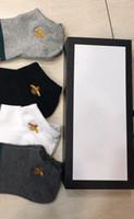 mens fasion venda por atacado-Fasion mens mulheres designer meias marca bordado tigre abelha lobo elasticized cutton homens meias 4 pares de tamanho livre com caixa