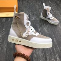 diseños de zapatos de cuero italiano al por mayor-Botas cortas para hombre de edición superior Zapatos para hombre de cuero italiano, adorno de cadena golpeó el diseño de color zapatillas altas de talla casual 38-45