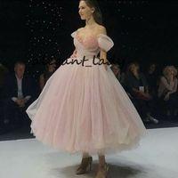 curta vestido de princesa venda por atacado-Rosa Tule Fora do Ombro Vestido de Baile Elegante Tornozelo Comprimento vestido de Baile Vestido Formal Pérolas Inchado Arco Princesa À Noite Vestidos de Festa