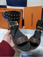 gladiator-stil sandalen für frauen großhandel-Neueste Luxus Frauen Beliebte Leder Sandale Markante Gladiator Stil Designer Leder Laufsohle Perfekte Flache Leinwand Plain Sandale Größe 35-45
