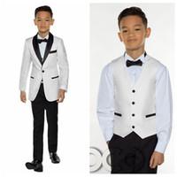 meninos desgaste formal preto venda por atacado-Branco com preto xaile lapela Boy desgaste para o casamento smoking Crianças Ternos Custom Events Suit (Jacket + Calças + Vest + Arcos)